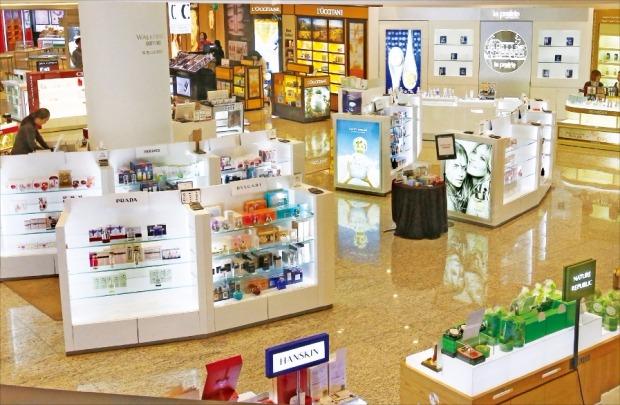 < 텅 빈 매장 > 방문객들의 발길이 끊긴 서울 광진구 SK워커힐 면세점에 직원들만 매장을 지키고 있다. 이 면세점은 10일까지만 물건을 판매하고 오는 16일 영업을 종료한다. 연합뉴스