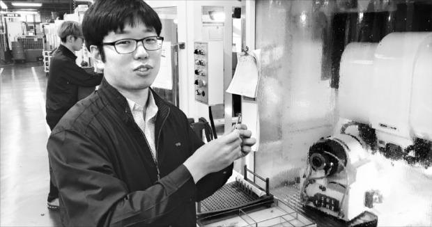 송시한 와이지-원 부사장이 대표적 절삭공구인 엔드밀의 제조공정을 설명하고 있다. 이현동 기자