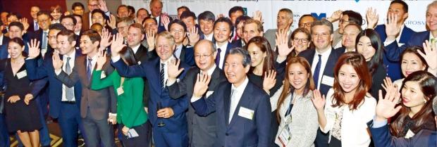 'ASK 2016'에 참석한 21개국 자산운용사 관계자와 대체투자 전문가들이 18일 서울 여의도 콘래드호텔에서 열린 만찬에 앞서 기념촬영하고 있다. 허문찬 기자 sweat@hankyung.com