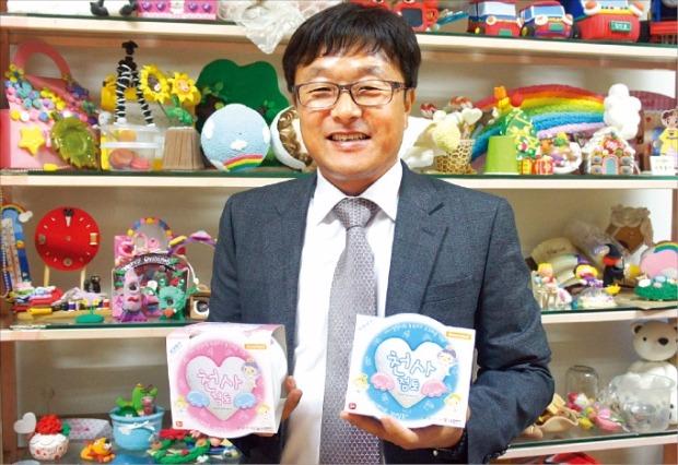 문정환 도너랜드 대표가 경기 안양 본사에서 '천사점토'의 특징을 설명하고 있다. 김정은 기자