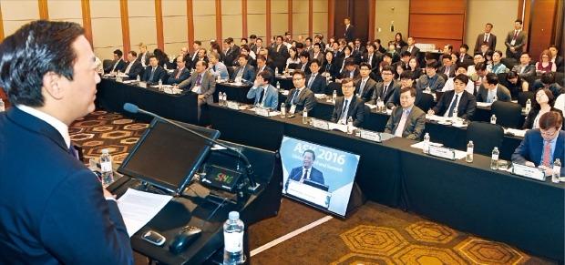 'ASK 2016 글로벌 사모·헤지펀드 서밋' 이틀째인 19일 참가자들이 조지프 배 KKR 아시아총괄대표의 기조연설을 듣고 있다. 강은구 기자 egkang@hankyung.com