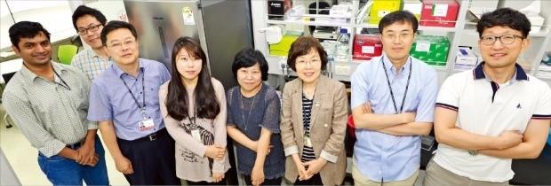 국가과학기술연구회가 발족한 치매DTC융합연구단(단장 배애님·오른쪽 세번째) 소속 연구원들은 서울 성북구 하월곡동 한국과학기술연구원(KIST) 실험실에서 치매 치료제를 개발하고 있다. KIST 제공