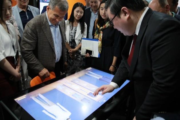아이카이스트의 터치테이블을 체험 중인 민니하노프 대통령