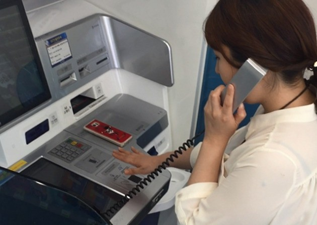 CU 서울대서연점에서 신한은행의 '디지털키오스크' 를 이용해 기자가 통장을 만들고 있다. 사진=장세희 한경닷컴 기자