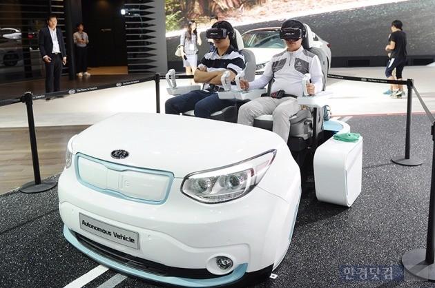부산모터쇼 기아차 부스에서 관람객들이 미래형 칵핏인 '뉴 기아 아이'를 체험하고 있다. 사진=최혁 기자 chokob@hankyung.com