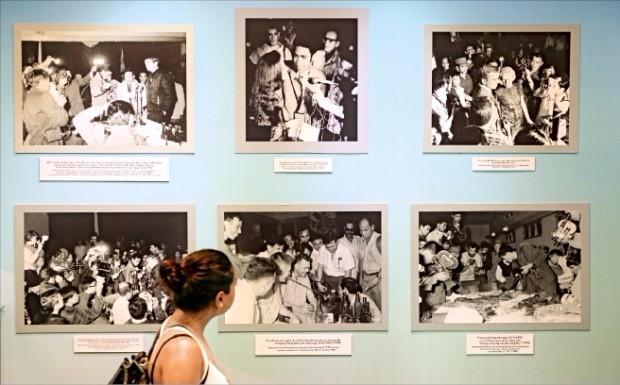 버락 오바마 미국 대통령이 처음으로 베트남을 방문한 지난달 23일 한 관람객이 호찌민 전쟁박물관에 걸린 사진을 살펴보고 있다. 이 박물관은 중국과 미국을 상대로 한 베트남의 전쟁 역사를 기록하고 있다. 연합뉴스
