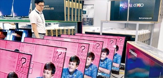 LG전자 경북 구미공장에서 지난 3일 생산라인 근무자가 OLED TV의 품질을 검사하고 있다. LG전자 제공