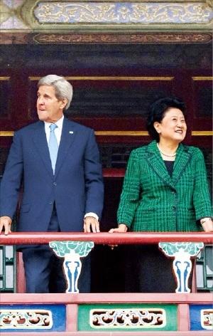 존 케리 미국 국무장관(왼쪽)과 류옌둥 중국 부총리가 지난 5일 중국 베이징 자금성 정원에서 서로 다른 곳을 바라보고 있다. 베이징AP연합뉴스