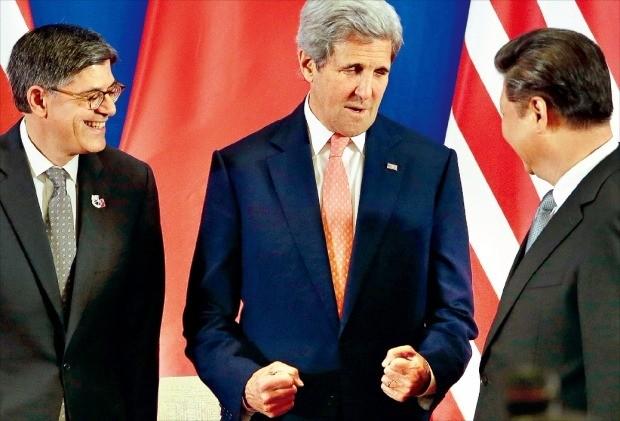 < 시진핑 앞에서 주먹 움켜쥔 케리 미 국무 > 시진핑 중국 국가주석(오른쪽)이 6일 중국 베이징 댜오위타이(釣魚臺) 국빈관에서 열린 제8차 미·중 전략경제대화 개막식에서 존 케리 미국 국무장관(가운데), 제이컵 루 재무장관(왼쪽)과 대화하고 있다. 베이징AP연합뉴스