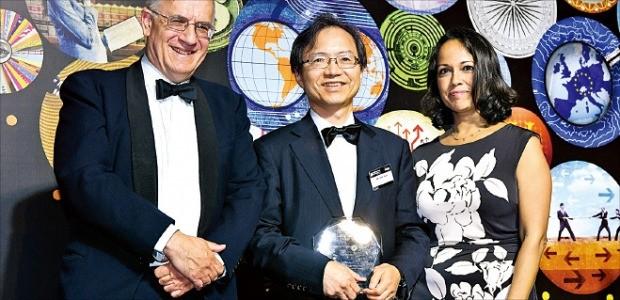 윤세리 율촌 대표변호사(가운데)가 FT가 선정한 '가장 혁신적인 한국 로펌' 상을 받고 있다. 법무법인 율촌 제공