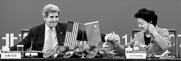 존 케리 미국 국무장관(왼쪽)이 제8차 전략경제대화 마지막 날인 7일 중국 베이징 국립미술관에서 열린 양국 간 인적교류회담 기조발언을 마친 뒤 류옌둥 국무원 부총리의 손을 잡고 있다. 베이징AP연합뉴스