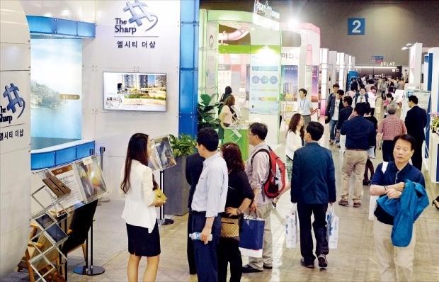 '시티스케이프코리아 2016' 마지막 날인 12일 관람객들이 투자상담을 받으며 전시관을 둘러보고 있다. 김범준 기자 bjk07@hankyung.com