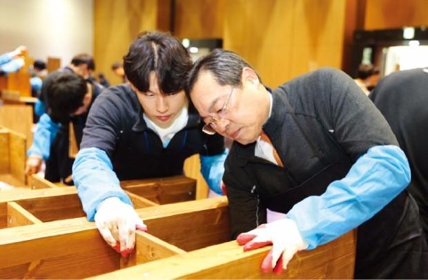 구자열 LS그룹 회장이 지난 1월 경기 안성 LS미래원에서 신입사원들과 책장을 만들고 있다.