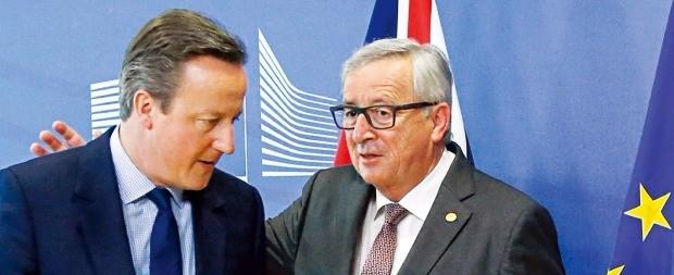 < 캐머런 영국 총리 위로하는 EU집행위원장 > 장클로드 융커 유럽연합(EU) 집행위원장(오른쪽)이 28일 벨기에 브뤼셀에서 열린 EU 정상회의에 참석한 데이비드 캐머런 영국 총리의 어깨를 두드리며 인사말을 건네고 있다. EU 정상들은 이날부터 이틀간 브렉시트(영국의 EU 탈퇴) 대응책을 논의한다. 브뤼셀AFP연합뉴스