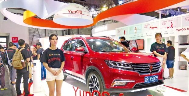 중국 상하이에서 29일 개막한 '모바일월드콩그레스(MWC) 상하이 2016'에서 알리바바는 차량용 인포테인먼트(정보+오락) 시스템을 접목한 스마트카 운영체제(OS)인 '윤(Yun)OS'를 선보였다. 상하이=안정락 기자 jran@hankyung.com