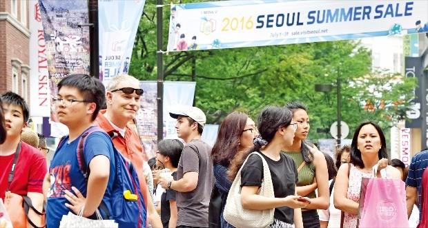 외국인 몰리는 '서울 서머세일'