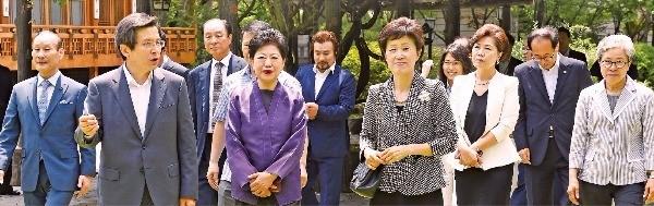 황 총리 '자수성가 신화' 13명 초청