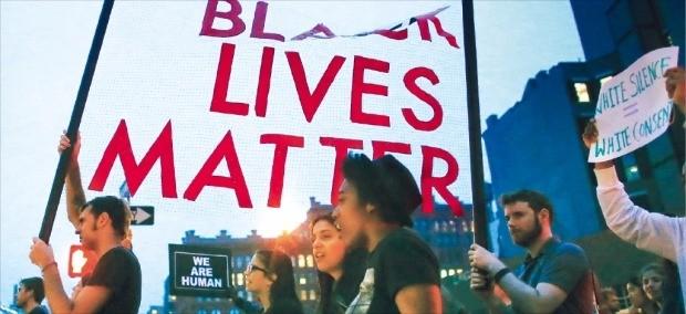 9일(현지시간) 미국 뉴욕에서 시위대가 '흑인 생명도 소중하다' '백인의 침묵은 백인의 동의' 등의 구호를 적은 현수막을 들고 거리를 행진하고 있다. 흑인 생명존중 운동은 백인 경찰의 과잉진압으로 흑인이 잇따라 목숨을 잃자 시작됐다. 지난 7일 댈러스 백인 경찰관 조준 사격 사건은 이와 관련한 시위 도중 벌어졌다. 뉴욕AFP연합뉴스