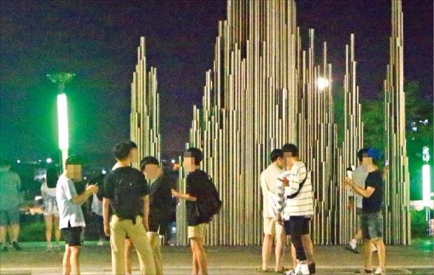포켓몬 고 게임을 즐기기 위해 지난 13일속초 엑스포 공원에 모인 유저들이 밤 11시가 훨씬 넘은 시간인데도 휴대폰을 들고 공원을 누비고 있다. 연합뉴스