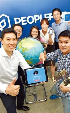 김대윤 피플펀드 대표(왼쪽)가 은행이 취급하는 개인신용채권에 투자하는 '은행통합형 P2P 대출'에 대해 설명하고 있다. 허문찬 기자 sweat@hankyung.com