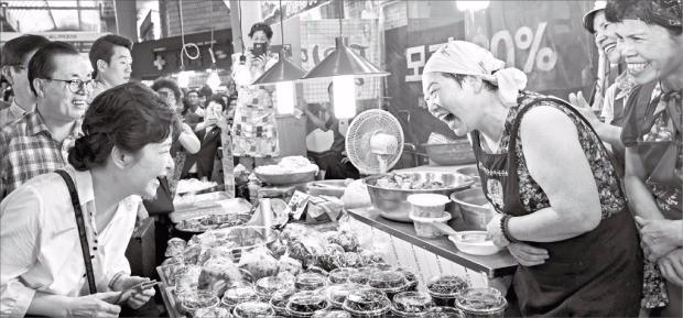 """< """"장사 잘 되세요?"""" > 휴가 중인 박근혜 대통령이 28일 울산시 남구에 있는 신정시장을 방문해 상인들과 얘기하고 있다. 청와대 제공"""