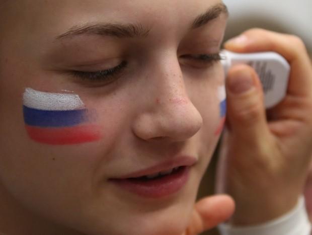 페이스 페인팅하는 러시아 여성