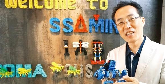임강빈 쌤인블록 대표가 변신 로봇의 원리를 설명하고 있다. 이우상 기자