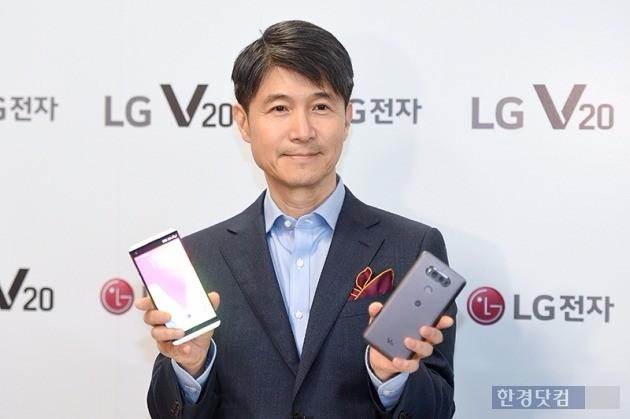 7일 LG V20 신제품 발표회에서 조준호 LG전자 MC사업본부장(사장)이 제품을 소개하고 있다. 사진=최혁 기자