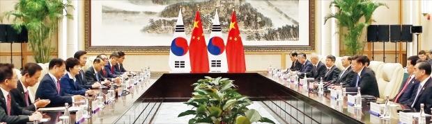 """5일 중국 항저우 서호(西湖) 국빈관에서 열린 한·중 정상회담에서 박근혜 대통령과 시진핑 중국 국가주석은 """"양국관계 발전이 역사적 대세""""라는 데 의견을 모았다. 강은구 기자 egkang@hankyung.com"""