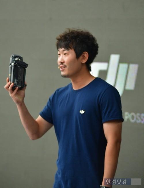문태현 DJI 코리아 대표가 5일 서울 이태원에서 열린 DJI 신제품 출시 행사에서 '매빅 프로'를 소개하고 있다. / 사진=DJI 코리아 제공