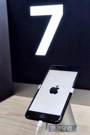 21일 서울 강남 SK텔레콤 직영점에서 '아이폰7 플러스'를 체험해봤다. / 사진=최혁 한경닷컴 기자