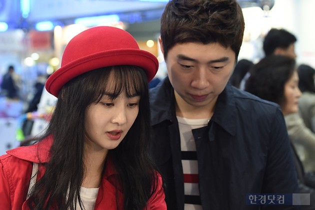 [HEI포토] 김가연-임요환 부부, '꼼꼼하게 육아용품 살피는 눈빛~'