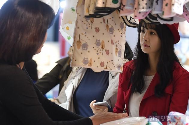 [HEI포토] 김가연, '설명 듣는 꼼꼼한 모습'