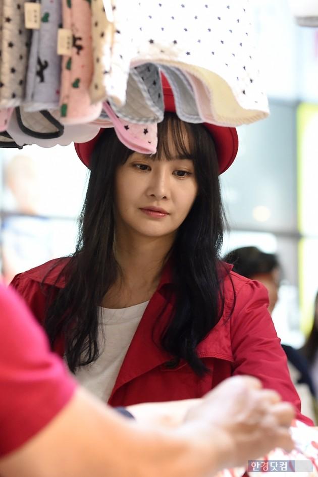 [HEI포토] 김가연, '세심한 엄마의 모습'
