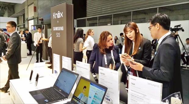 지난 2월 스페인 바르셀로나에서 열린 모바일월드콩그레스(MWC)에서 삼성SDS 직원들이 모바일 솔루션에 대해 설명하고 있다.