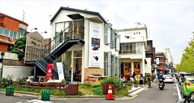 경의선 숲길 공원 덕분에 상권이 확장되고 있는 서울 마포구 연남동에서는 상업시설로 용도변경한 주택이 계속 늘고 있다. 강은구 기자 egkang@hankyung.com