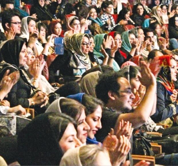 지난 1일 이란 테헤란 밀라드타워 콘서트홀에서 공연한 정동극장의 전통 무용극 '바실라'를 보며 현지 관객이 환호하고 있다. 정동극장  제공