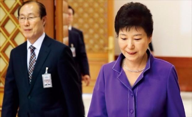 박근혜 대통령이 28일 청와대에서 열린 신임 대사 임명장 수여식에 참석하기 위해 이원종 비서실장과 행사장으로 가고 있다. 이 실장은 지난 26일 박 대통령에게 사표를 제출했다. 강은구 기자 egkang@hankyung.com