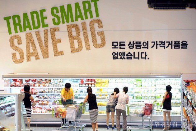 이마트의 창고형 할인점 트레이더스 매장에서 소비자들이 물건을 고르고 있다(사진=이마트 제공)