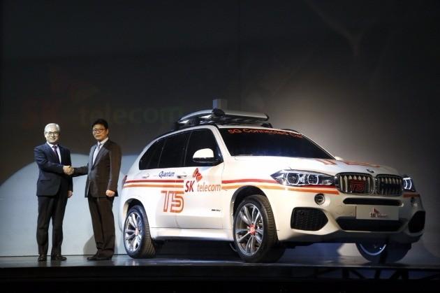 BMW코리아와 SK텔레콤은 15일 인천 영종도 BMW드라이빙센터에서 5G 무선통신 커넥티드카 기술 연구 분야 협력을 위한 양해각서(MOU)를 체결했다. 왼쪽부터 김효준 BMW코리아 사장과 이형희 SK텔레콤 사업총괄. / BMW코리아 제공