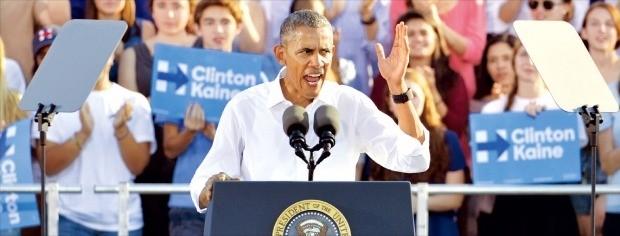 """< """"힐러리를 대통령으로""""…흑인 투표 독려한 오바마 > 버락 오바마 미국 대통령이 2일(현지시간) 노스캐롤라이나주 채플힐에 있는 노스캐롤라이나주립대(UNC)에 모인 1만6000여명의 유권자 앞에서 힐러리 클린턴 민주당 대통령 후보 지지 연설을 하고 있다. 오바마 대통령은 """"(도널드 트럼프 공화당 후보를 반대하는) 시위만으로는 충분하지 않다""""며 """"투표해야 한다""""고 호소했다. 그는 또 흑인들이 주요 청취자인 라디오 방송 '톰 조이너 모닝쇼'와의 인터뷰에서 """"흑인의 투표는 지금 당장 필요한 만큼 충분하지 못하다""""며 흑인들의 투표 참여를 독려했다.  채플힐AFP연합뉴스"""