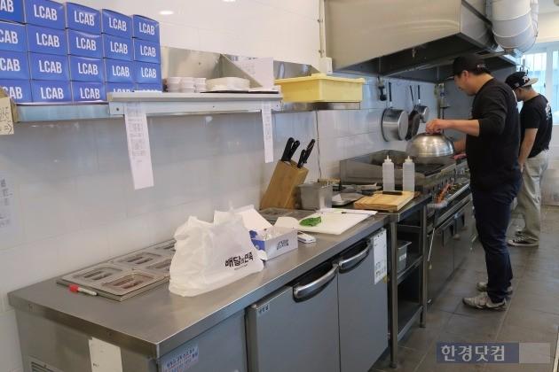 서울 강남구 역삼동에 위치한 배민키친 내부. 레프트코스트 아티잔 셰프들이 음식을 요리해 포장하고 있다.