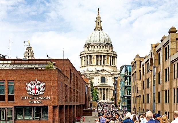 밀레니엄 브리지에서 바라본 시티 오브 런던. 가운데 우뚝 솟은 건물이 세인트 폴 대성당이다.