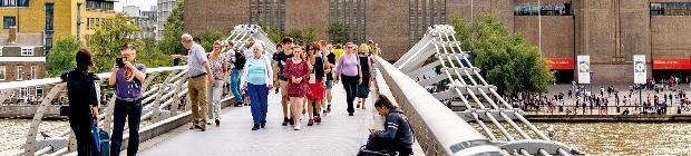 시티 오브 런던 중심지에 있는 밀레니엄브릿지를 관광객들이 건너가고 있다.