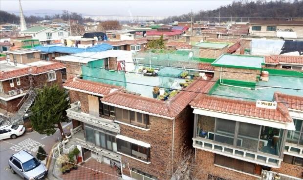 서울 강동구 고덕·명일동 특별계획구역 24·25·26구역이 아파트 재건축 대신 단독주택지로 개발하기 위해 특별계획구역을 해제하는 절차를 밟고 있다. 24구역에 해당하는 고덕2동 225 일대. 신경훈 기자 khshin@hankyung.com