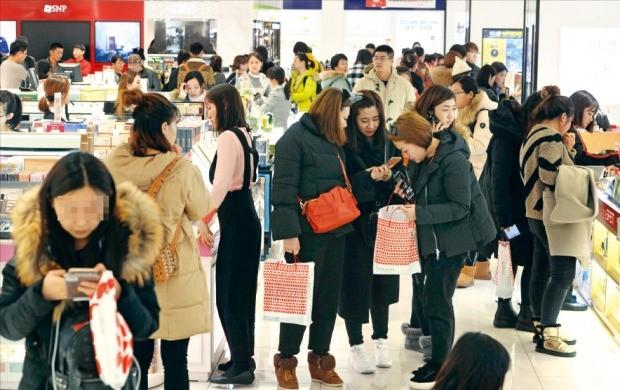 관세청의 시내면세점 추가 선정 심사를 하루 앞둔 14일 관광객들이 서울 시내 한 면세점에서 쇼핑하고 있다. 신경훈 기자 khshin@hankyung.com