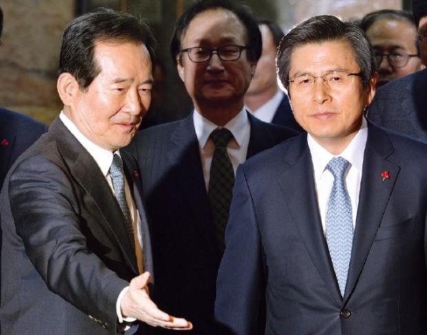 황교안 대통령 권한대행(오른쪽)이 14일 국회를 방문해 정세균 국회의장과 함께 접견실로 이동하고 있다. 강은구 기자 egkang@hankyung.com