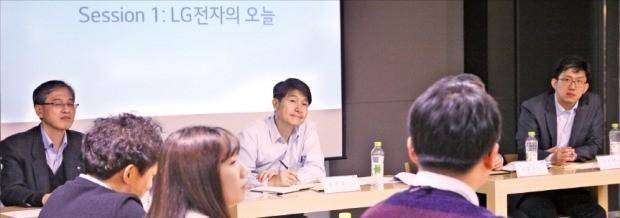 조준호 LG전자 MC사업본부장(사장·가운데)이 지난 22일 서울 여의도 LG트윈타워에서 열린 블로거 간담회에서 한 블로거의 의견을 듣고 있다. LG전자 제공
