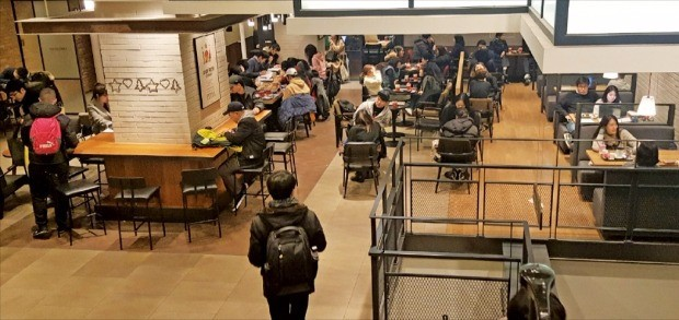 '카공족'(카페에서 공부하는 학생)이라고 불리는 취업준비생들이 지난 29일 밤 11시30분께 서울 강남의 한 커피숍에서 공부하고 있다. 박상용 기자