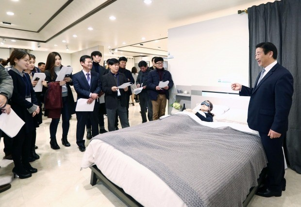 김경수 에몬스가구 회장(맨 오른쪽)이 대리점주를 상대로 심박수, 호흡수, 뒤척임 등 수면 패턴을 실시간으로 분석해 알려주는 '스마트 침대'에 대해 설명하고 있다. 에몬스가구 제공